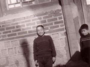 박달근의 집 앞에서 꼬마친구와, 1962년
