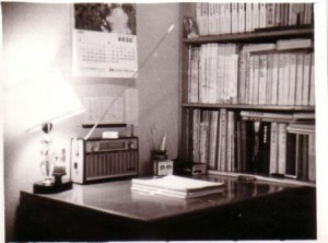 나의 서재에 보이는 금성 FM radio, 신탄진 담배와 SPAM can 재털이
