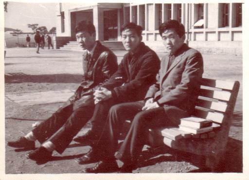 정법대 앞에서 박창희, 이윤기, 이경우 2학년이 시작될 무렵 1968년 이른 봄