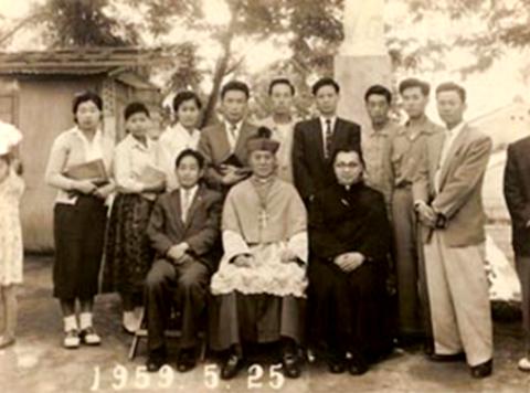 1959년 봄에 찍은 사진, 사제 (아마도 대주교님, 2차 공의회 전 복장] 왼쪽에 신사복을 입은 분이 윤용하님.. 이곳은 어데일까? 아마도 재직할 당시의 학교가 아닐까..