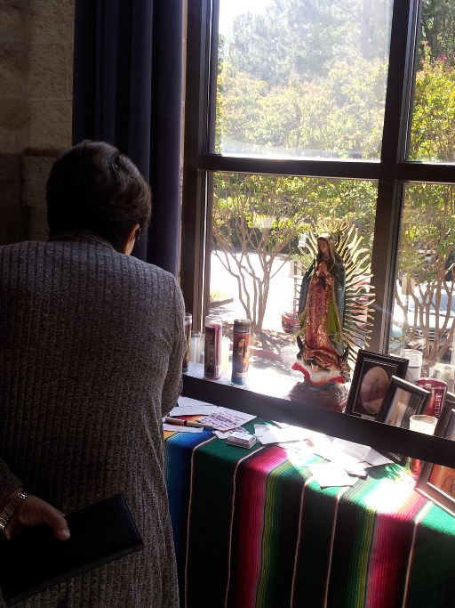 창문 밑에 마련 된 mini shrine, 성모님께 드리는 note들도 있다